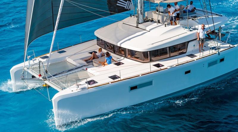 Fotografia di un catamarano Lagoon 52 , visto dal lato